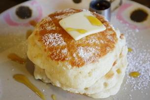 バターがのったふわふわのパンケーキの写真素材 [FYI01811134]