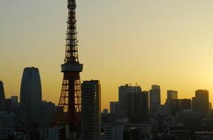 麻布十番から見える東京タワー方面の朝焼けの写真素材 [FYI01811158]