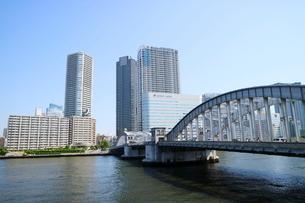 隅田川沿いのビル群の写真素材 [FYI01811159]