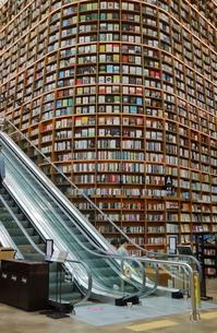 韓国 ソウルの巨大な「ピョルマダン図書館」 ソウル三成洞 スターフィールドCOEX MALLの写真素材 [FYI01811174]