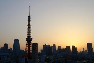 麻布十番から見える東京タワー方面の朝焼けの写真素材 [FYI01811211]
