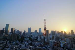 麻布十番から見える東京タワー方面の朝焼けの写真素材 [FYI01811213]