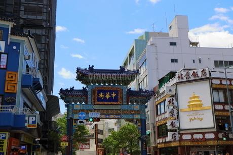横浜中華街の正門の写真素材 [FYI01811342]