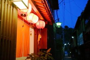 ひがし茶屋街の赤ちょうちんの写真素材 [FYI01811369]