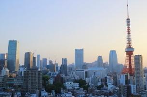 麻布十番から見える東京タワー方面の朝焼けの写真素材 [FYI01811377]