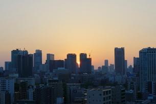 麻布十番から見える東京タワー方面の朝焼けの写真素材 [FYI01811386]