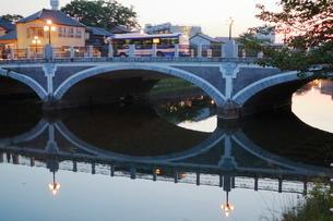 ひがし茶屋街より浅野川大橋の写真素材 [FYI01811456]