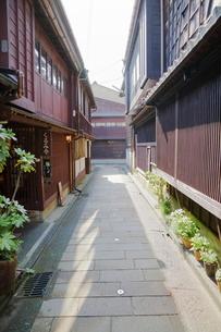 ひがし茶屋街の石畳の路地の写真素材 [FYI01811488]