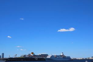 横浜港に停泊する客船の写真素材 [FYI01811491]