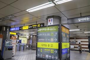 韓国 ソウルの地下鉄 ソウルメトロの駅改札内の写真素材 [FYI01811565]