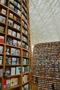 韓国 ソウルの巨大な「ピョルマダン図書館」 ソウル三成洞 スターフィールドCOEX MALLの写真素材 [FYI01811594]