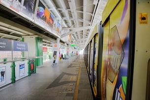タイ・バンコクのBTSトンロー駅のホームの写真素材 [FYI01811598]