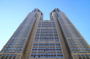見上げた東京都庁の写真素材 [FYI01811603]