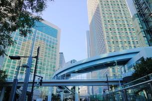 走るゆりかもめと汐留の高層ビル群の写真素材 [FYI01811616]