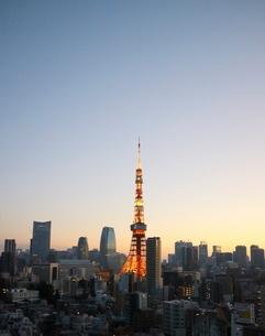 朝焼けの東京タワーと朝日を受けて輝く港区のビル群の写真素材 [FYI01811623]