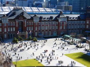 東京駅舎と駅前広場の写真素材 [FYI01811626]
