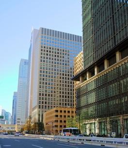 青空にそびえる大手町の高層ビルの写真素材 [FYI01811646]