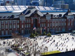 東京駅舎と駅前広場の写真素材 [FYI01811659]