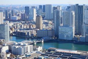 勝鬨橋と湾岸エリアのタワーマンションの写真素材 [FYI01811672]