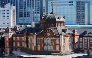 レンガ建築が美しい東京駅のドームの写真素材 [FYI01811680]
