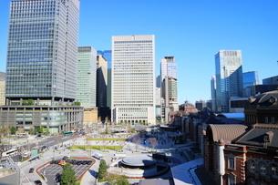 東京駅舎と駅前広場の写真素材 [FYI01811684]