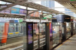 タイ・バンコクのBTSチョンノンシー駅のホームの写真素材 [FYI01811690]