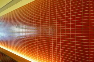 青山1丁目交差点のリノベーションオフィスの赤いタイルモザイクの写真素材 [FYI01811698]