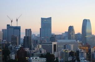 朝日を受けて輝く港区のビル群の写真素材 [FYI01811704]