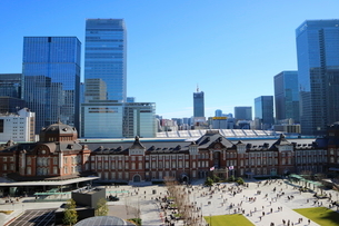 東京駅舎と駅前広場の写真素材 [FYI01811709]
