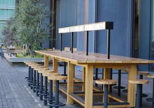 テラスの木製テーブルの写真素材 [FYI01811713]