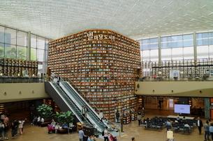 韓国 ソウルの巨大な「ピョルマダン図書館」 ソウル三成洞 スターフィールドCOEX MALLの写真素材 [FYI01811726]