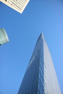 青空に映えるビルの写真素材 [FYI01811729]