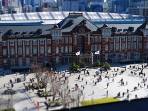 東京駅舎と駅前広場の写真素材 [FYI01811734]
