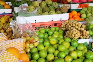 タイ・バンコクの色鮮やかなフルーツの写真素材 [FYI01811754]