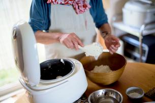 おにぎりを作るシニア女性の写真素材 [FYI01811768]