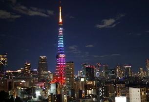 クリスマスイルミネーションにライトアップされた東京タワーの写真素材 [FYI01811787]