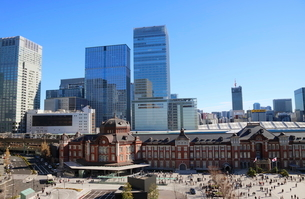 東京駅舎と駅前広場の写真素材 [FYI01811808]