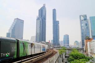 タイ・バンコクのBTSチョンノンシー駅周辺のビル群の写真素材 [FYI01811855]