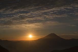 丸山林道からの富士山の夜明けの写真素材 [FYI01811897]