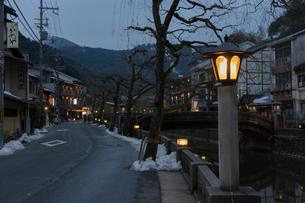 夕暮れの城崎温泉の写真素材 [FYI01811953]