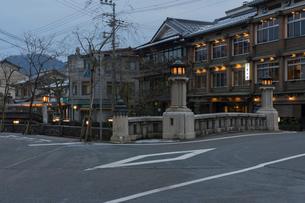 夕暮れの城崎温泉の写真素材 [FYI01812039]