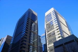 青空にそびえる大手町の高層ビルの写真素材 [FYI01812128]