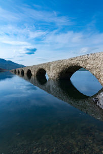 糠平湖のタウシュベツ橋梁の写真素材 [FYI01812160]