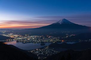 新道峠から望む富士山と河口湖の写真素材 [FYI01812179]