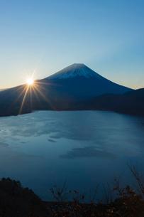 本栖湖の日の出の写真素材 [FYI01812225]