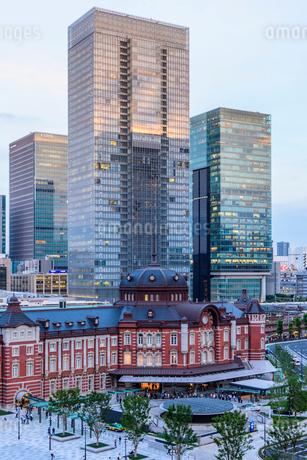 東京駅舎と夕暮れの丸の内の写真素材 [FYI01812460]