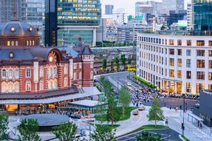 東京駅舎と夕暮れの丸の内の写真素材 [FYI01812481]