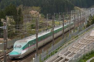 北海道木古内町を走る新幹線の写真素材 [FYI01812492]
