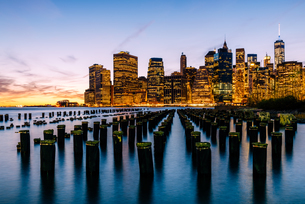 ブルックリン・ブリッジ・パークから望むニューヨーク・ロウアーマンハッタンの夜景の写真素材 [FYI01812527]