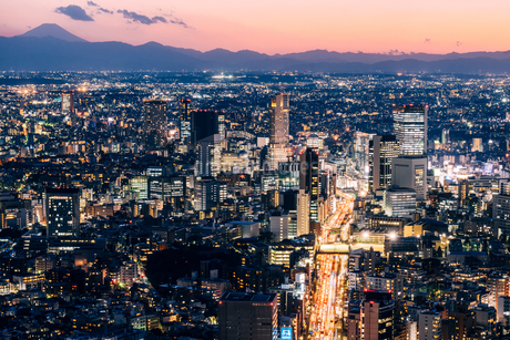 富士山と東京都心の夜景の写真素材 [FYI01812607]